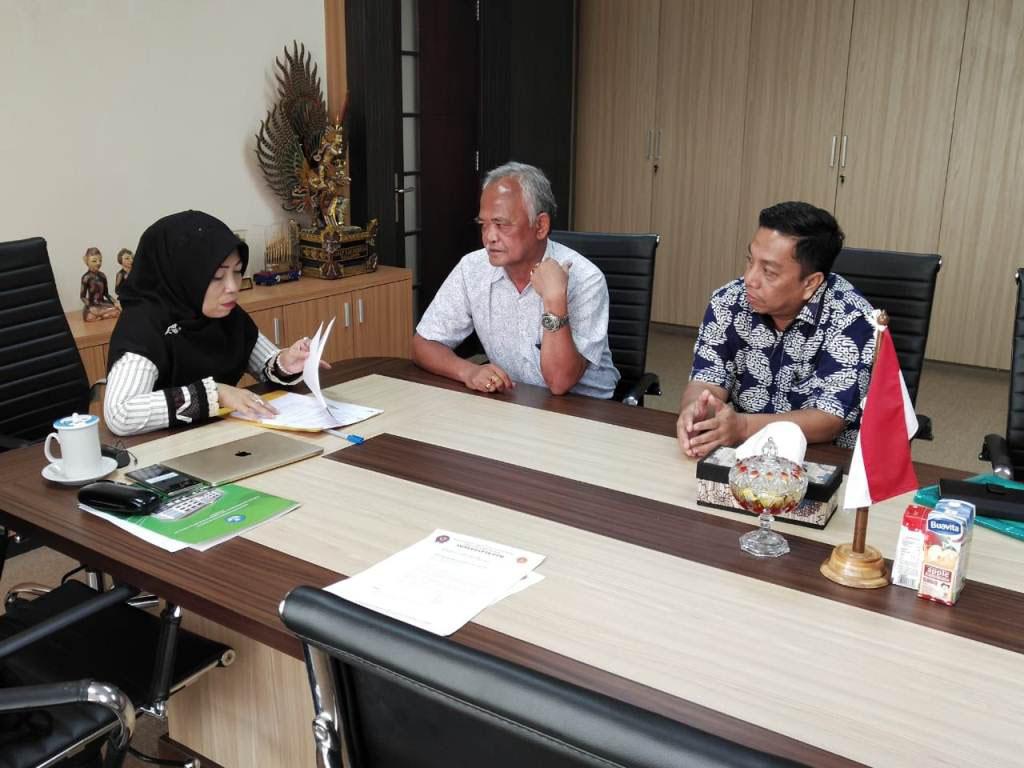 Penandatangan MOU Kepala BKPSDM dan Kepala LPPKS Solo di saksikan Kepala Dinas Pendidikan dalam rang